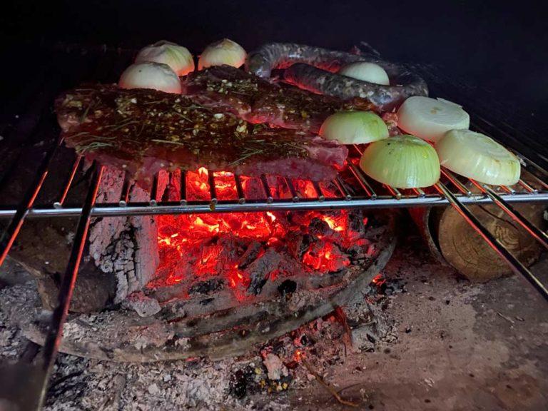 Grillades de la viande de notre super boucher ambulant, Didier :) au bois de Cèdre bien sûr 😉