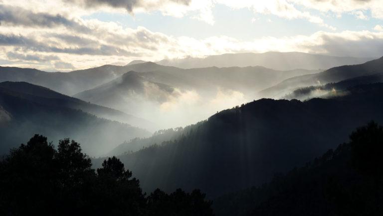 Un coucher de soleil spectaculaire : la brume, les nuages, les jeux de lumières et ses rayons... incroyable !